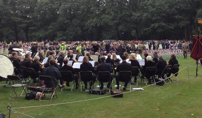 Veel mensen kwamen naar de herdenking.