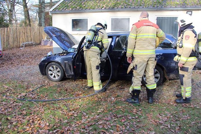 De auto in Wolfheze brandde volledig uit.
