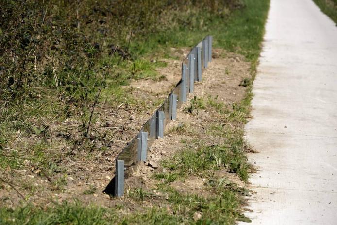 Langs het fietspad staan reptielenhekjes.