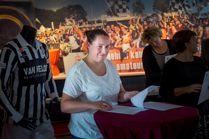 Manon Bosch tekent het contract, waarmee ze zich verbindt aan Achilles'29. Na vijf jaar verruilt de keepster Eldenia voor de nieuwe eredivisionist uit Groesbeek.
