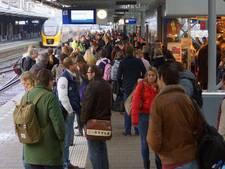 'NS-medewerker bijna tussen perron en trein geduwd'
