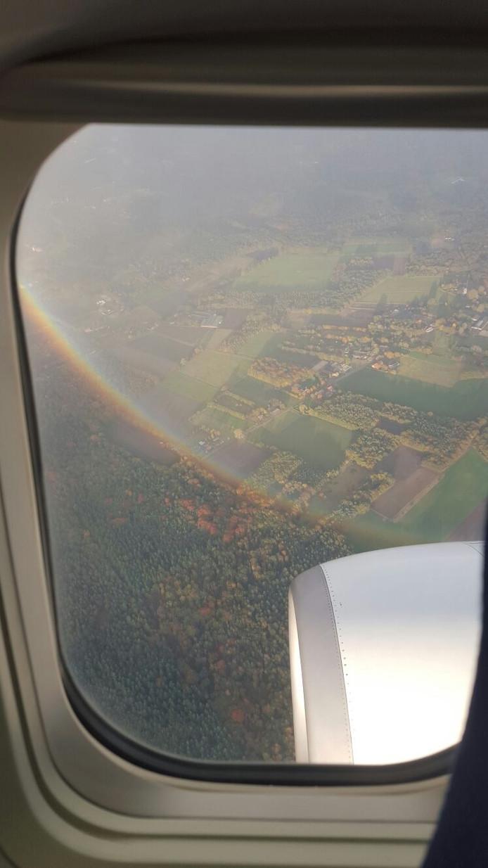 Deze regenboog is zaterdag vanuit een vliegtuig gespot door de man van Mariska Schelfhorst tijdens de vlucht van Stichting Hoogvliegers waar hun zoon aan mee mocht doen.