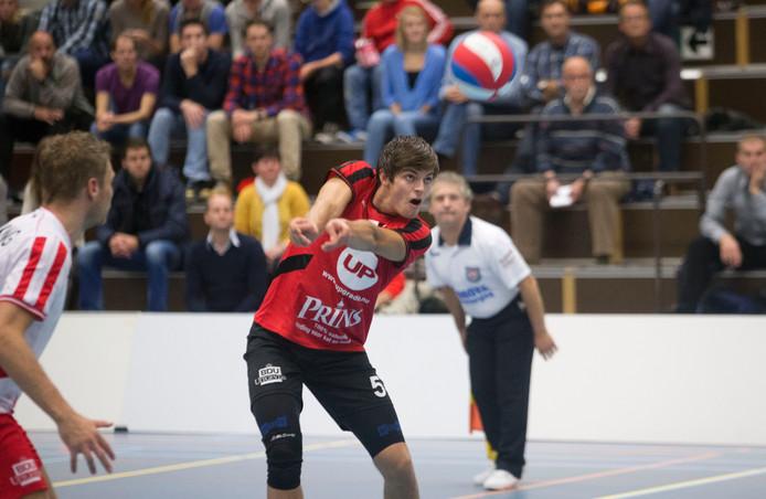 Peter Ogink stopt de bal voor VCV in het duel met Rivo Rijssen.