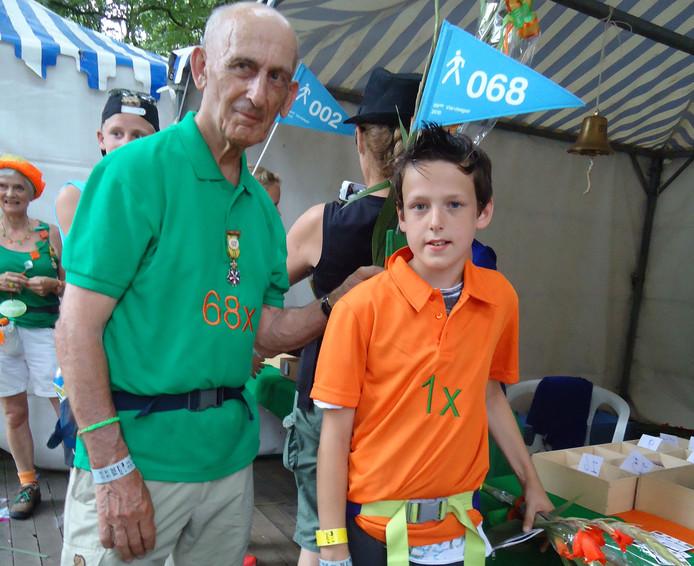 Recordhouder Bert van der Lans vorig jaar met zijn kleinzoon op de Vierdaagse in Nijmegen.