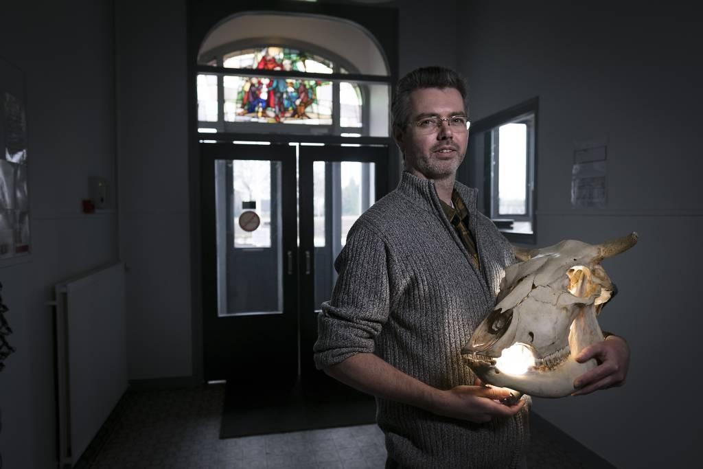 Erwin Wolsink in de hal van het museum. Foto: Jan van den Brink
