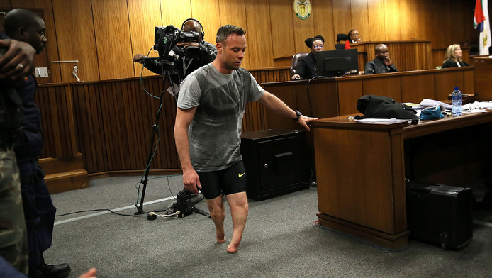 Pistorius deed zijn protheses af om te laten zien hoe kwetsbaar hij is