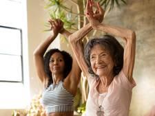 Oudste yogajuf (98) legt zich nog met gemak in knoop
