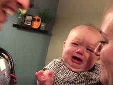 Baby wordt internetster door te huilen als haar ouders kussen