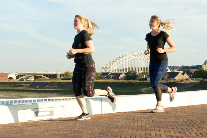 Anne Arts (links) en Meggy de Nijs trainen voor de Zevenheuvelenloop.