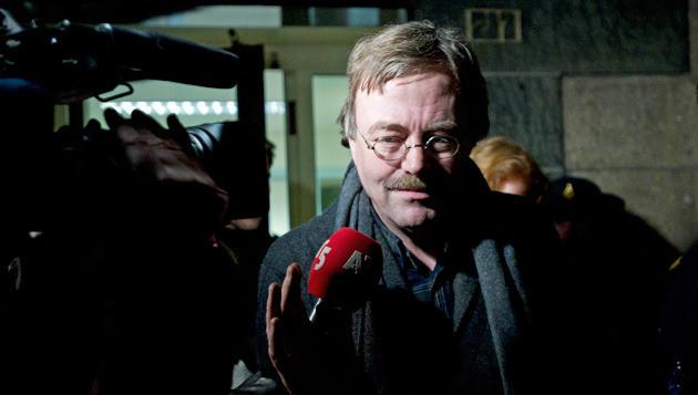 Directeur Albert Drent van kinderopvang 't Hofnarretje verlaat in december 2010 onder politiebegeleiding het filiaal aan de Van Woustraat in Amsterdam. © ANP