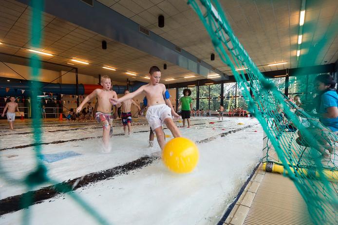 Deelnemers doen mee aan watervoetbal in Arnhem.