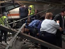 Trein rijdt op volle snelheid station in: veel slachtoffers