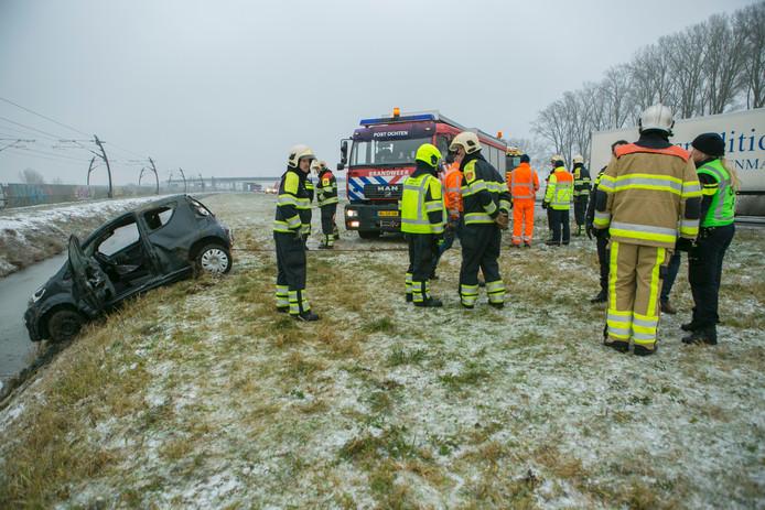 Er zijn veel hulpdiensten op de been bij het ongeval op de A15 bij IJzendoorn.