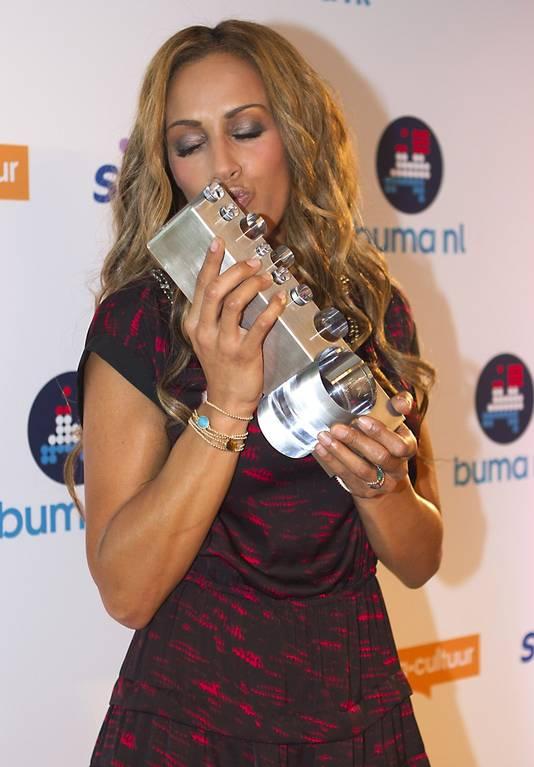 Glennis is blij met haar award.