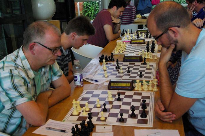het onlangs verspeelde Open Arnhems kampioenschap Ruud Janssen (rechts) tegen Otto Wilgenhof.