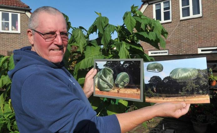 Karel Noy toont de winnende foto's. Foto gertbudding.nl