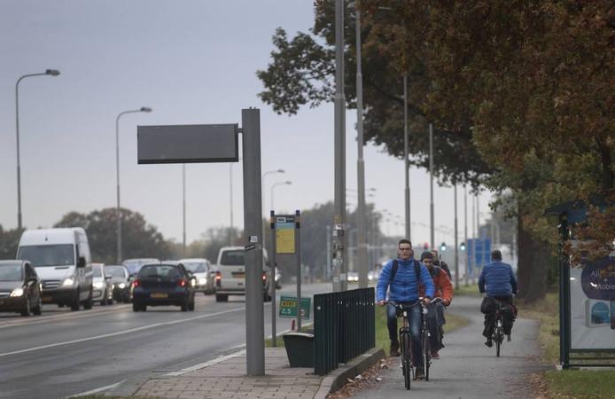 Fietsers rijden tegen het verkeer in op het fietspad langs de Mansholtlaan in Wageningen.
