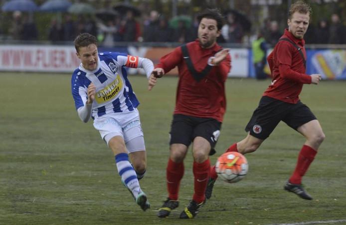 FC Lienden-aanvoerder Mike Vreekamp (links) benutte een strafschop. Archieffoto: William Hoogteyling