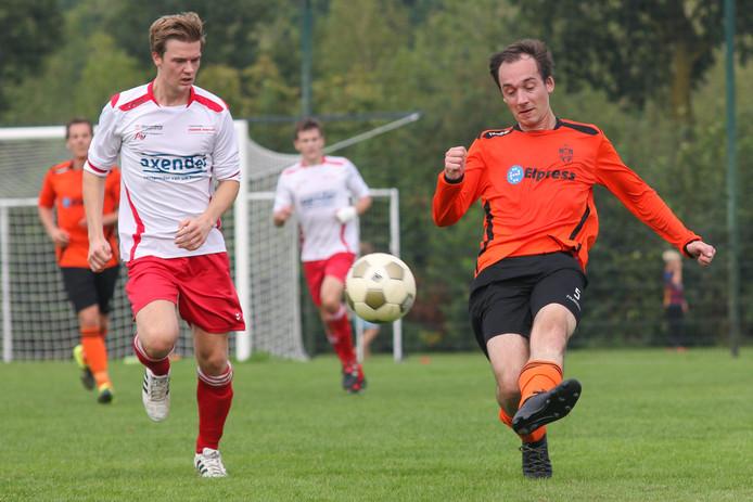 Vianen Vooruit-verdediger Thomas van de Sanden (l) zet Coen Wijnen van Vitesse'08 onder druk.