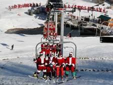 180 kerstmannen op ski's voor het goede doel