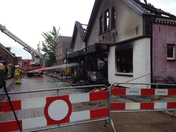De hevig beschadigde panden na de brand in Ulft.