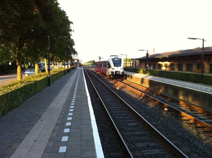 De trein vanuit Tiel staat op station Zetten-Andelst klaar voor vertrek naar Elst.