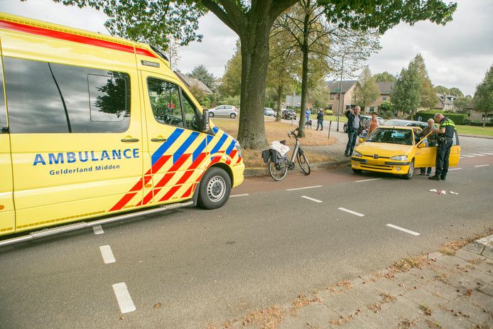 De fietser kwam ten val door de aanrijding en raakte gewond. Hij is per ambulance naar het ziekenhuis gebracht.