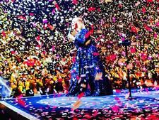 Adele op podium bedolven onder liefdesconfetti Simon