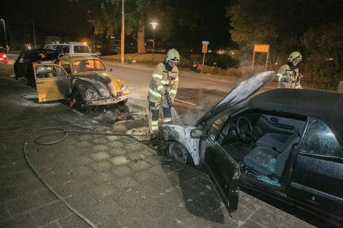 De auto van Elias Corten (rechts) ging verloren bij een brand die vermoedelijk is aangestoken.