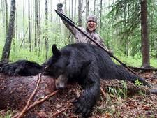 Fitnessfanaat filmt hoe hij speer in beer steekt