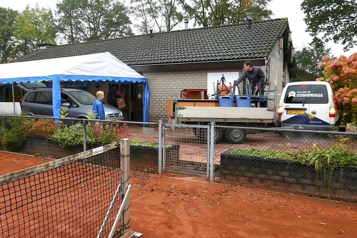 De Calvijnschool in Ederveen neemt noodgedwongen zijn intrek in een oude tenniskantine.