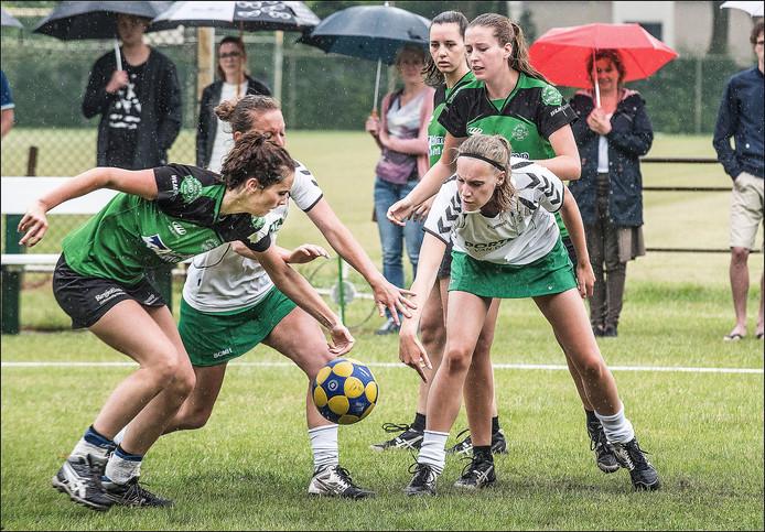 Korfbalster Sheila van Bommel van Miko'76 (links) in actie.