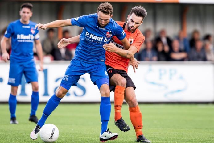 Robin Janssen van De Treffers houdt Katwijk-speler Marciano Aalders van zich af.