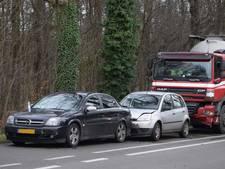 Vrachtwagen botst achterop twee auto's bij Hummelo