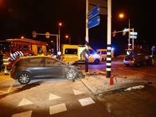 Auto in brand na botsing op kruispunt Zwolle