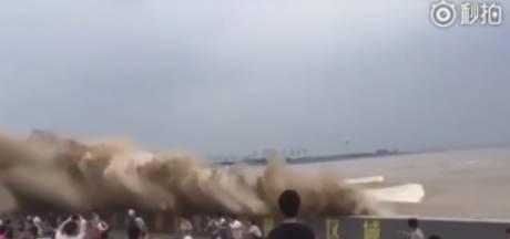 Honderden Chinezen onderuit door spectaculaire vloedgolf
