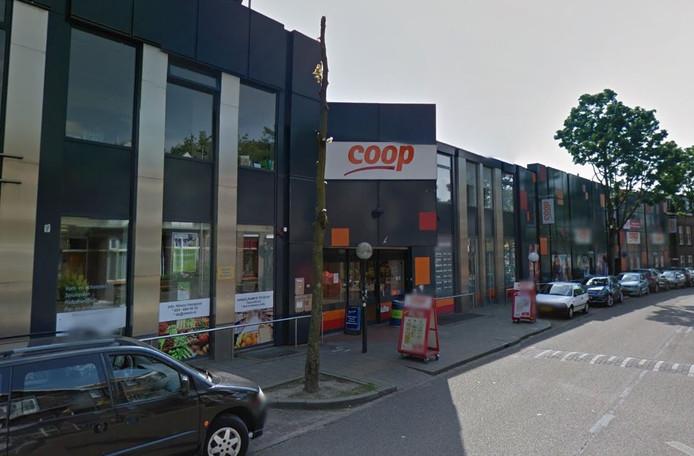 De COOP werd overvallen door twee gemaskerde mannen.