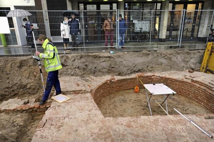 Passanten kijken naar een eerdere opgraving op Plein 1944 in Nijmegen. Foto: Bert Beelen