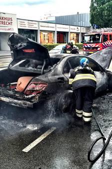 Auto vliegt in brand bij Ikea