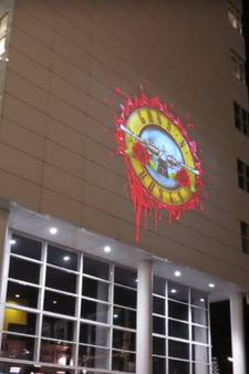 Guns 'n Roses hint naar tour door video op gevel stadhuis