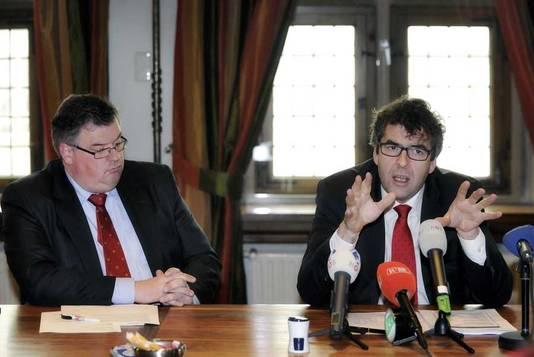 Hoofdofficier van justitie John Lucas (R) en de korpsbeheerder en burgemeester van Nijmegen Hubert Bruls.