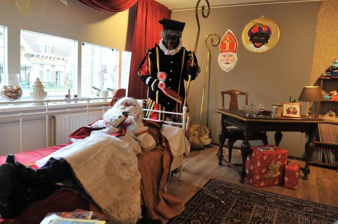 Sinterklaas en een van zijn Pieten in de logeerkamer in De Rijnhof. Foto Gert Budding