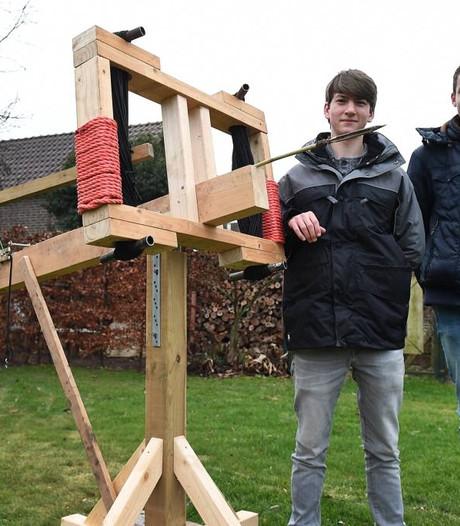 Groenings duo bouwt dodelijk Romeins artilleriewapen