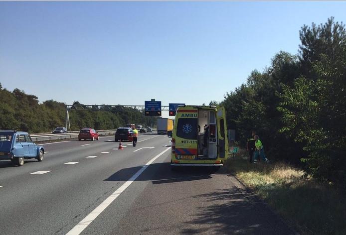 Auto van talud op A12 bij Arnhem.