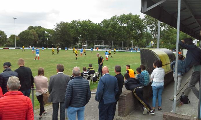 Het publiek bekijkt de wedstrijd tussen RKTVC en Theole. Rechts de bekladde dug-out. Foto: Wiel Vallen