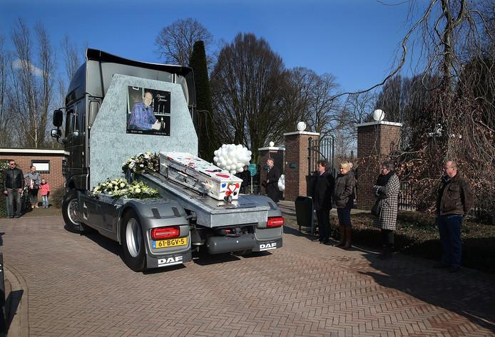 De verongelukte trucker Dennis Jansen werd tijdens zijn uitvaart in Winterswijk op een speciale constructie naar het graf gebracht.