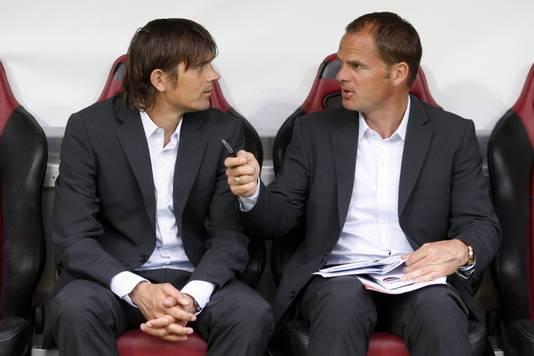 Phillip Cocu en Frank de Boer in 2008 gebroederlijk naast elkaar op de bank van het Nederlands elftal. ©PRO SHOTS