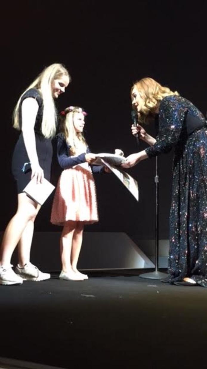 Adele neemt het hart in ontvangst van Charlotte, Maybritt (links) kijkt toe.