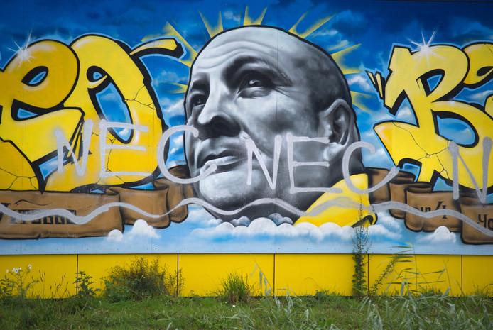 Het eerbetoon aan Theo Bos is beklad met NEC-graffiti.