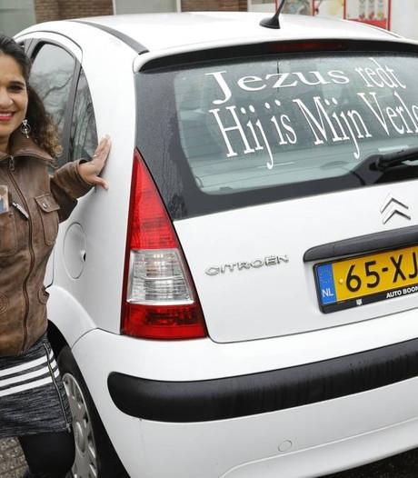 Conny evangeliseert de regio met haar auto
